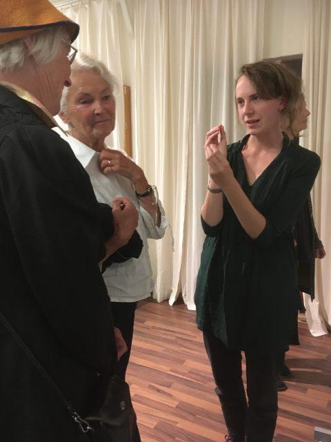 Tove Ekström berättar om sitt projekt för Birgitta smith och Karin Lidén